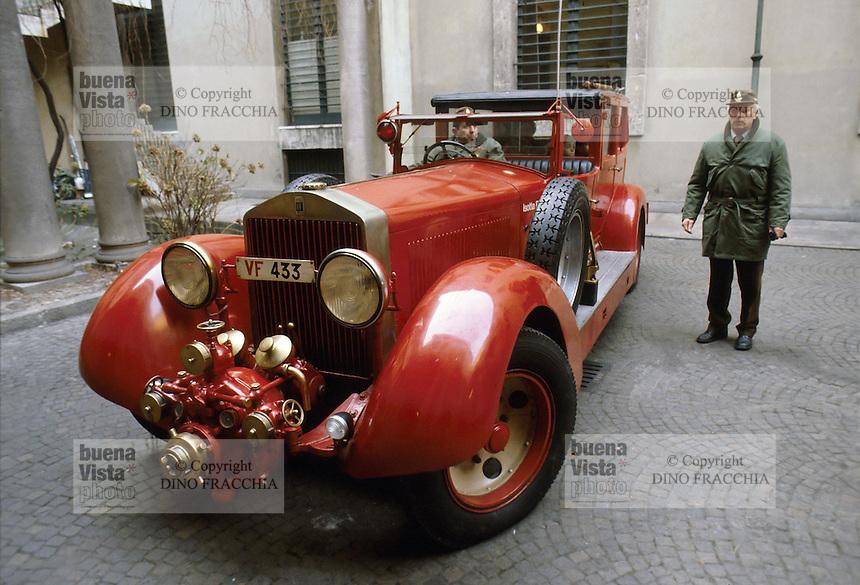 - esposizione attrezzature d'epoca dei Vigili del Fuoco, autovettura Isotta Fraschini<br /> <br /> - exibition of Fire Brigade vintage equipments, Isotta Fraschini  car