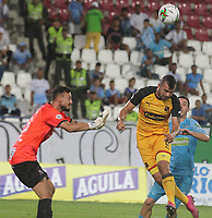 MONTERIA - COLOMBIA, 13-10-2019: Pablo Bueno de Jaguares disputa el balón con Andres Cadavid y David Gonzalez, arquero, de Medellin durante partido por la fecha 17 de la Liga Águila II 2019 entre Jaguares de Córdoba F.C. y Deportivo Independiente Medellín jugado en el estadio Jaraguay de la ciudad de Montería. / Pablo Bueno of Jaguares struggles the ball with Andres Cadavid and David Gonzalez, goalkeeper, of Medellin during match for the date 17 as part Aguila League II 2019 between Jaguares de Cordoba F.C. and Deportivo Independiente Medellin played at Jaraguay stadium in Monteria city. Photo: VizzorImage / Andres Felipe Lopez / Cont
