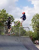 Nederland  Amsterdam - 2020.   Museumplein. Steppen in de halfpipe.     Foto  ANP / Hollandse Hoogte / Berlinda van Dam