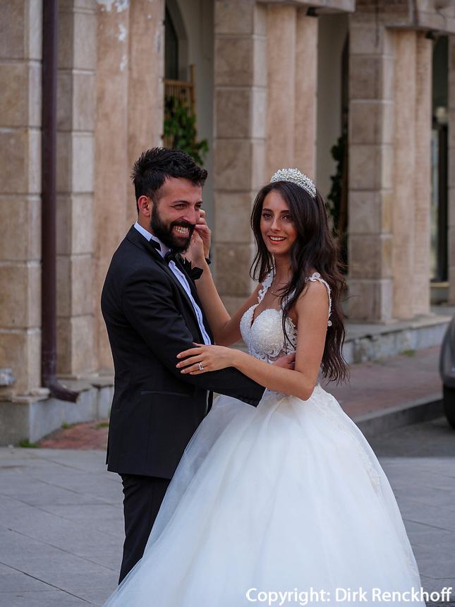 Brautpaar am Europaplatz, Batumi, Adscharien - Atschara, Georgien, Europa<br /> bridal couple at Europe Square, Batumi, Adjara,  Georgia, Europe