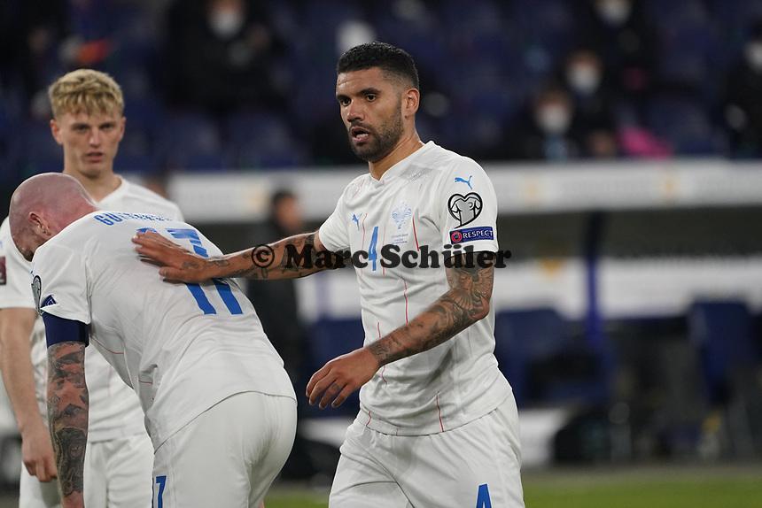 Victor Palsson (Island Iceland) troestet Aron Gunnarsson (Island Iceland)- 25.03.2021: WM-Qualifikationsspiel Deutschland gegen Island, Schauinsland Arena Duisburg