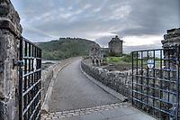 Eilean Donan Castle nahe der Ortschaft Dornie  im Loch Duich und Loch Alsh in den North West Highlands.<br /> Das Castle wurde 1214 vom Clan der MacKenzies erbaut und spaeter waehrend des Jacobiner-Aufstands zerstoert. Anfang des 20.Jh. wurde es orginalgetreu wiedererbaut.25.5.2015, Highlands/Schottland<br /> HDR-Bild!<br /> Copyright: Christian-Ditsch.de<br /> [Inhaltsveraendernde Manipulation des Fotos nur nach ausdruecklicher Genehmigung des Fotografen. Vereinbarungen ueber Abtretung von Persoenlichkeitsrechten/Model Release der abgebildeten Person/Personen liegen nicht vor. NO MODEL RELEASE! Nur fuer Redaktionelle Zwecke. Don't publish without copyright Christian-Ditsch.de, Veroeffentlichung nur mit Fotografennennung, sowie gegen Honorar, MwSt. und Beleg. Konto: I N G - D i B a, IBAN DE58500105175400192269, BIC INGDDEFFXXX, Kontakt: post@christian-ditsch.de<br /> Bei der Bearbeitung der Dateiinformationen darf die Urheberkennzeichnung in den EXIF- und  IPTC-Daten nicht entfernt werden, diese sind in digitalen Medien nach §95c UrhG rechtlich geschuetzt. Der Urhebervermerk wird gemaess §13 UrhG verlangt.]