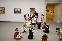 Asie/Israël/Judée/Jérusalem: Musée d'Israël - enfants dans les salles présentant la peinture impressioniste