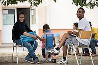 Zentrale Auslaenderbehoerde und BAMF-Aussenstelle in Eisenhuettenstadt.<br /> Bundesinnenminister Thomas de Maiziere und brandeburgs Ministerpraesident Dietmar Woidke besuchten am Donnerstag den 13. August 2015 die Zentrale Auslaenderbehoerde und BAMF-Aussenstelle in Eisenhuettenstadt. Sie liessen sich von Mitarbeitern die Situation in der Einrichtung zeigen und erklaeren, sprachen mit Fluechtlingen und besichtigten das auf dem Gelaende befindliche Abschiebegefaengnis.<br /> Der Besuch des Bundesinnenministers und des Ministerpraesidenten wurde von etwa 40 Journalisten begleitet.<br /> Im Bild: Fluechtlinge aus Syrien nach ihrer Ankunft auf dem Gelaende.<br /> 13.8.2015, Eisenhuettenstadt/Brandenburg<br /> Copyright: Christian-Ditsch.de<br /> [Inhaltsveraendernde Manipulation des Fotos nur nach ausdruecklicher Genehmigung des Fotografen. Vereinbarungen ueber Abtretung von Persoenlichkeitsrechten/Model Release der abgebildeten Person/Personen liegen nicht vor. NO MODEL RELEASE! Nur fuer Redaktionelle Zwecke. Don't publish without copyright Christian-Ditsch.de, Veroeffentlichung nur mit Fotografennennung, sowie gegen Honorar, MwSt. und Beleg. Konto: I N G - D i B a, IBAN DE58500105175400192269, BIC INGDDEFFXXX, Kontakt: post@christian-ditsch.de<br /> Bei der Bearbeitung der Dateiinformationen darf die Urheberkennzeichnung in den EXIF- und  IPTC-Daten nicht entfernt werden, diese sind in digitalen Medien nach §95c UrhG rechtlich geschuetzt. Der Urhebervermerk wird gemaess §13 UrhG verlangt.]
