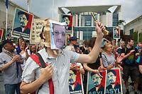 Mitglieder des Kampagnennetzwerk Campact versammelten sich am Donnerstag den 4. Juli 2013 in Berlin vor dem Kanzleramt zu einer Solidaritaetskundgebung fuer den US-Whistleblower Edward Snowden. Sie forderten, dass Snowden in Deutschland Asyl gewaehrt werden soll.<br />Im Bild: Ein Kundgebungsteilnehmer mit Snowden-Maske.<br />4.7.2013, Berlin<br />Copyright: Christian-Ditsch.de<br />[Inhaltsveraendernde Manipulation des Fotos nur nach ausdruecklicher Genehmigung des Fotografen. Vereinbarungen ueber Abtretung von Persoenlichkeitsrechten/Model Release der abgebildeten Person/Personen liegen nicht vor. NO MODEL RELEASE! Don't publish without copyright Christian-Ditsch.de, Veroeffentlichung nur mit Fotografennennung, sowie gegen Honorar, MwSt. und Beleg. Konto:, I N G - D i B a, IBAN DE58500105175400192269, BIC INGDDEFFXXX, Kontakt: post@christian-ditsch.de<br />Urhebervermerk wird gemaess Paragraph 13 UHG verlangt.]