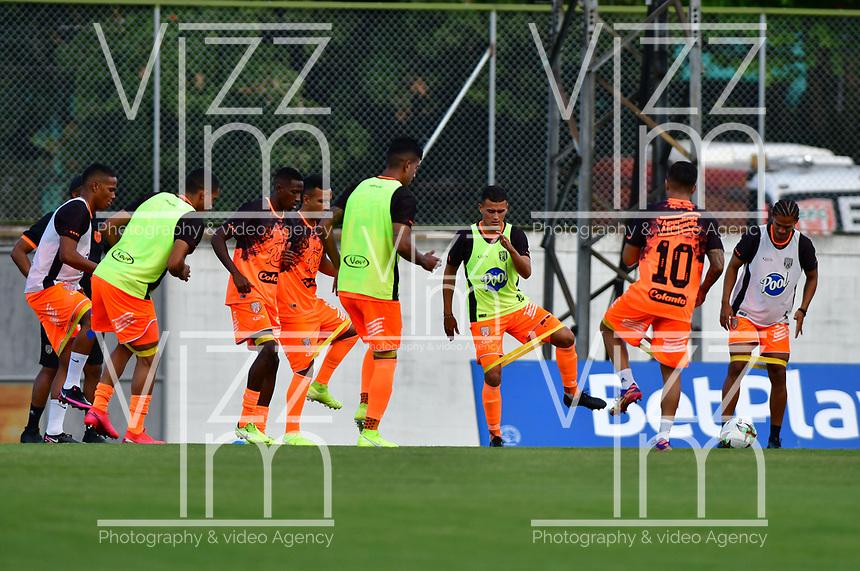 ENVIGADO - COLOMBIA, 02-02-2021:Envigado  y Jaguares de Córdoba en partido por la fecha 4 como parte de la Liga BetPlay DIMAYOR 2021 jugado en el estadio  Polideportivo Sur de Envigado. /Envigado and Jaguares de Cordoba in match for the date 4 as part of the BetPlay DIMAYOR League I 2021 played at  Polideportivo Sur stadium in Envigado. Photo: VizzorImage / Luis Benavides / Contribuidor