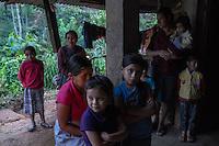 21 noviembre 2014.   <br /> Carmelia Merida (Derecha) y Zenaida Merida ( 3Derecha) posan junto a sus hijos. Sus maridos se encuentran encarcelados por oponerse a la hidroeléctrica Ecoener <br /> La llegada de algunas compañías extranjeras a América Latina ha provocado abusos a los derechos de las poblaciones indígenas y represión a su defensa del medio ambiente. En Santa Cruz de Barillas, Guatemala, el proyecto de la hidroeléctrica española Ecoener ha desatado crímenes, violentos disturbios, la declaración del estado de sitio por parte del ejército y la encarcelación de una decena de activistas contrarios a los planes de la empresa. Un grupo de indígenas mayas, en su mayoría mujeres, mantiene cortado un camino y ha instalado un campamento de resistencia para que las máquinas de la empresa no puedan entrar a trabajar. La persecución ha provocado además que algunos ecologistas, con órdenes de busca y captura, hayan tenido que esconderse durante meses en la selva guatemalteca.<br /> <br /> En Cobán, también en Guatemala, la hidroeléctrica Renace se ha instalado con amenazas a la población y falsas promesas de desarrollo para la zona. Como en Santa Cruz de Barillas, el proyecto ha dividido y provocado enfrentamientos entre la población. La empresa ha cortado el acceso al río para miles de personas y no ha respetado la estrecha relación de los indígenas mayas con la naturaleza. © Calamar2/Pedro ARMESTRE<br /> <br /> The arrival of some foreign companies to Latin America has provoked abuses of the rights of indigenous peoples and repression of their defense of the environment. In Santa Cruz de Barillas, Guatemala, the project of the Spanish hydroelectric Ecoener has caused murders, violent riots, the declaration of a state of siege by the army and the imprisonment of a dozen activists opposed to the project . <br /> A group of Mayan Indians, mostly women, has cut a path and has installed a resistance camp to prevent the enter of the company's machines. The prosecution has