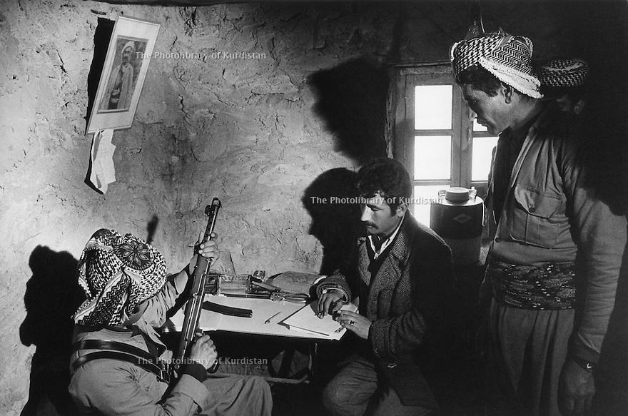 Iraq 1974 <br /> The resumption of hostilities, in an office enrolment of a volunteer <br /> Irak 1974 <br /> La reprise de la lutte armée, incorporation d'un volontaire pour la lutte armée