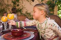 Afrique/Afrique du Nord/Maroc/Rabat: Hotel - Maison d'Hote Villa Mandarine repas dans le patio Mme Claudie Imbert recoit sa famille et ses amis - sa petite fille Léa [Non destiné à un usage publicitaire - Not intended for an advertising use]