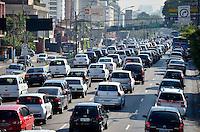 SAO PAULO, SP, 05 DE MARÇO DE 2013 - TRANSITO SP: Trânsito na Av. Moreira Guimarães sentido centro, próximo ao aeroporto de Congonhas,  zona sul de São Paulo na manhã desta terça feira (05). (FOTO: LEVI BIANCO / BRAZIL PHOTO PRESS)