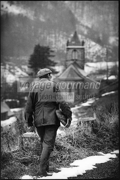 Europe/France/Auvergne/15/Cantal/Massif du Plomb du Cantal : Retour au Village avec la tourte de  pain bis  pour la soupe au fromage -Parc Naturel Régional des Volcans d'Auvergne