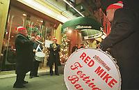 """Die """"Red Mike Festival Band"""" zieht musizierend durch Little-Italy um einem verstorbenen Musikerkollegen zu gedenken.<br /> New York City, 28.12.1998<br /> Copyright: Christian-Ditsch.de<br /> [Inhaltsveraendernde Manipulation des Fotos nur nach ausdruecklicher Genehmigung des Fotografen. Vereinbarungen ueber Abtretung von Persoenlichkeitsrechten/Model Release der abgebildeten Person/Personen liegen nicht vor. NO MODEL RELEASE! Don't publish without copyright Christian-Ditsch.de, Veroeffentlichung nur mit Fotografennennung, sowie gegen Honorar, MwSt. und Beleg. Konto:, I N G - D i B a, IBAN DE58500105175400192269, BIC INGDDEFFXXX, Kontakt: post@christian-ditsch.de]"""