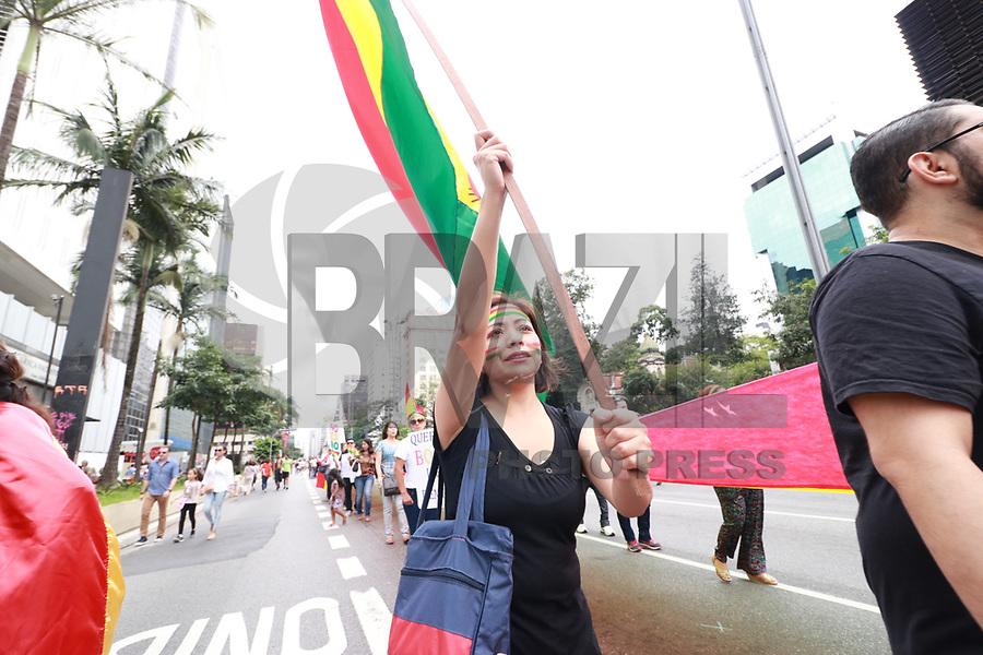 SÃO PAULO,SP, 18.02.2018 - PROTESTO-SP - Manifestantes durante ato em defesa da democracia na Bolivia na avenida Paulista em São Paulo neste domingo, 18. (Foto: Fabricio Bomjardim/Brazil Photo Press)