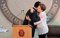 SAO PAULO, SP, 25 DE JANEIRO DE 2012 - ENTREGA MEDALHA 25 DE JANEIRO - Dilma Rousseff recebe medalha do Prefeito Gilberto Kassab durante cerimonia de entrega da Medalha 25 de Janeiro na sede da Prefeitura de Sao Paulo, na regiao central da capital paulista nessa quarta-feira, 25. FOTO: VANESSA CARVALHO - NEWS FREE.