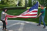 """Foto: VidiPhoto<br /> <br /> ROMAGNE-SOUS-MONTFAUCON – Voor Martijn den Blijker uit Ermelo was het vrijdag de meest bijzondere 4 mei-herdenking die hij ooit beleefde. Op de grootste Amerikaanse militaire begraafplaats van Europa, in het Franse Romagne-sous-Montfaucon bij Verdun, mocht hij helpen met het strijken en vouwen van de Amerikaanse stars and stripes. Dat gebeurt iedere dag rond 17.00 uur volgens een vast ritueel. Zo mag onder andere de vlag de grond niet raken. Zelden worden daar burgers bij betrokken. Omdat de tweede verantwoordelijk echter niet in de buurt was, werd aan Martijn gevraagd of hij een handje wilde toesteken. """"Dit voelt heel bijzonder, zeker op 4 mei. Op deze plek liggen weliswaar Amerikanen die in de Eerste Wereldoorlog zijn gesneuveld, maar je denkt automatisch toch ook aan hen die ons eigen land hebben bevrijd."""" Op het ereveld in Romagne-sous-Montfaucon liggen 14.246 militairen uit de VS die zijn gesneuveld gedurende de Eerste Wereldoorlog (Great War). Van hen zijn er 486 niet geïdentifieerd."""