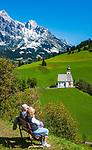 Oesterreich, Salzburger Land, Pinzgau, Dienten: Dorfkirche auf dem Buehel vorm Hochkoenig (2.941 m)   Austria, Salzburger Land, Pinzgau, Dienten: village church 'auf dem Buehel' with Hochkoenig mountains
