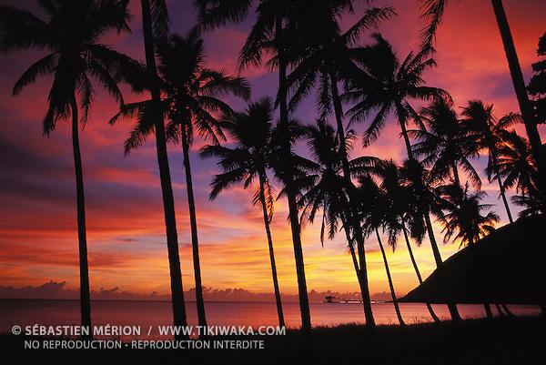 Lever du soleil sur Thio Mission, côte Est, Nouvelle-Calédonie