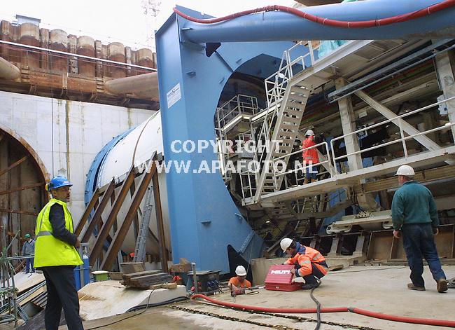 Angeren,231001<br />De boor waarmee de tunnel voor de Betuwelijn onder het Pannerdenskanaal wordt gemaakt<br />Foto: Sjef Prins / APA Foto