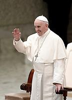 Papa Francesco saluta i fedeli al suo arrivo all'Udienza Generale del mercoledi' in aula Paolo VI in Vaticano, 3 gennaio 2018.<br /> Pope Francis waves faithful as he arrives to lead his weekly general audience in Paul VI Hall at the Vatican, on January 3, 2018.<br /> UPDATE IMAGES PRESS/Isabella Bonotto<br /> <br /> STRICTLY ONLY FOR EDITORIAL USE
