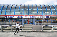 Nederland  Amsterdam  2016. Rennen voor de trein bij Station Sloterdijk.   Foto Berlinda van Dam / Hollandse Hoogte