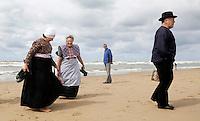 Nederland Katwijk 2016. Een dagje naar het strand. Noordzee Zomerfestival. Nationaal Klederdracht Festival. Mensen in klederdracht uit Spakenburg. Foto Berlinda van Dam / Hollandse Hoogte