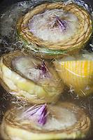 Europe/France/Bretagne/22/Côtes d'Armor/Saint-Brieuc: Jean-Marie Baudic cuisine  des artichauts camus dans son restaurant: Youpala Bistrot,