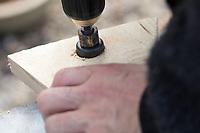 Selbstgebaute Holz-Nistkästen, Nistkasten für Vögel aus Holz, Vogelkasten, Meisenkasten selber bauen, selbst bauen, Basteln, Bastelei. Schritt 2: Einflugloch mit einem Lochbohrer in die Front des Nistkastens sägen