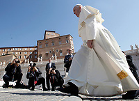 Papa Francesco al suo arrivo all'udienza generale del mercoledi' in Piazza San Pietro, Citta' del Vaticano, 31 maggio, 2017.<br /> Pope Francis arrives to lead his weekly general audience in St. Peter's Square at the Vatican, on May 31, 2017.<br /> UPDATE IMAGES PRESS/Isabella Bonotto<br /> STRICTLY ONLY FOR EDITORIAL USE