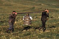 Europe/France/Auvergne/12/Aveyron: Aubrac - Transport du lait au buron de canut - Fourme de Laguiole AOC [Non destiné à un usage publicitaire - Not intended for an advertising use] <br /> PHOTO D'ARCHIVES // ARCHIVAL IMAGES<br /> FRANCE 1980