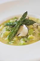 Europe/France/Provence-Alpes-Côte d'Azur/Lourmarin:Ragout de fèves et asperges au gout de truffe recette de Reine Sammut du  restaurant  La Fenière