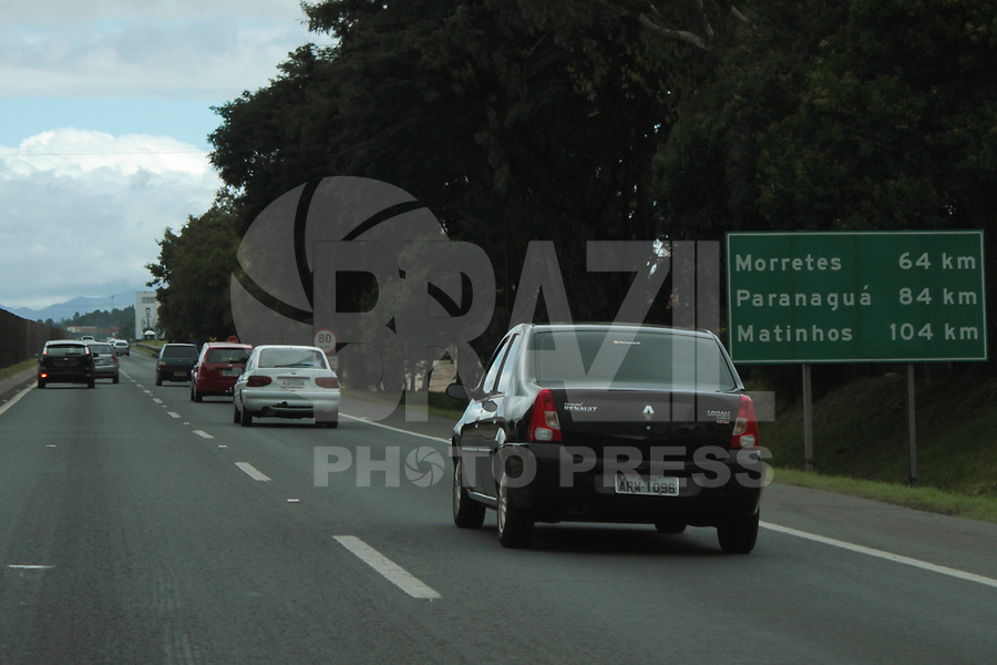 CURITIBA, PR, 05 DE MARÇO DE 2011 – FERIADO DE CARNAVAL – CURITIBA – O tráfego de veículos em direção às praias do Paraná e de Santa Catarina foi intenso na manhã de sábado (5). O congestionamento chegou a cerca de 40 quilômetros na BR-376, sentido Paraná-Santa Catarina. Na BR 277, sentido Paranaguá, o movimento estava normalizado no inicio da tarde. (FOTO: ROBERTO DZIURA JR./ NEWS FREE)]