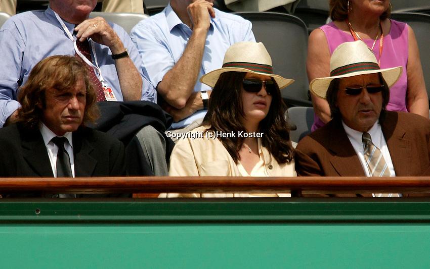 20030606, Paris, Tennis, Roland Garros, Oud toppers Vilas(l) en Nastase bekijken de partij van verkerk