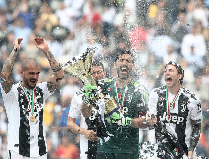 Calcio, Serie A: Juventus - Hellas Verona, Torino, Allianz Stadium, 19 maggio, 2018.<br /> Juventus' Captain and goalkeeper Gianluigi Buffon (r) celebrates with the trophy and his teammates during the victory ceremony following the Italian Serie A football match between Juventus and Hellas Verona at Torino's Allianz stadium, 19 May, 2018.<br /> Juventus won their 34th Serie A title (scudetto) and seventh in succession.<br /> Gianluigi Buffon played his last match with Juventus today after 17 years.<br /> UPDATE IMAGES PRESS/Isabella Bonotto