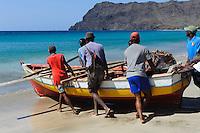 Fischer am Strand von Sao Pedro, Sao Vicente, Kapverden, Afrika