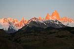 Argentina, Patagonia, El Chalten: View over Cerro Fitz Roy and Cerro Torre at sunrise | Argentinien, Patagonien, El Chalten: Cerro Fitz Roy und Cerro Torre bei Sonnenaufgang