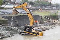 MEDELLIN - COLOMBIA - 19-03-2014: Continuan las reparaciones causadas por la emergencia en el Metro de Medellin, en el cauce del Rio Medellin, cuando hubo un deslizamiento en la margen occidental del río Medellín entre las estaciones Ayurá y Envigado del metro, frente a Homecenter, en la jurisdicción de Itagüí. Debido al riesgo que presenta la línea A solo funciona entre las estaciones de Niquia y El Poblado, que afecta cerca de 100.000 pasajeros diarios, durante los 15 dias que durara la reparación de la via. / Continuing repairs caused by the emergency in Medellin Metro, when there was a landslide on the west bank of the river between Medellin and Envigado Ayurá metro stations, facing Homecenter in Itagüi jurisdiction. Due to the risk presented by the line A only works between stations Niquia and El Poblado, affecting about 100,000 passengers a day, during the 15 days that lasted repair pathway. Photo: VizzorImage / Luis Rios / Str.