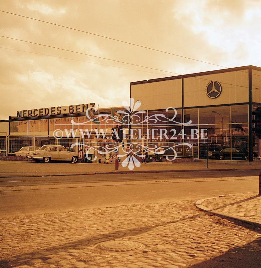 Oktober 1966. Mercedes-Benz garage.