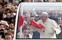 Papa Francesco saluta i fedeli al suo arrivo all'udienza generale del mercoledi' in Piazza San Pietro, Citta' del Vaticano, 5 novembre 2014.<br /> Pope Francis greets faithful as he arrives for his weekly general audience in St. Peter's Square at the Vatican, 5 November 2014.<br /> UPDATE IMAGES PRESS/Riccardo De Luca<br /> <br /> STRICTLY ONLY FOR EDITORIAL USE