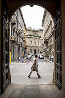 Milano, zona centro. Via Romagnosi vista attraverso il portone di un palazzo in via Manzoni, e una persona --- Milan, downtown. Romagnosi street seen through the doorway of a building in Manzoni street, and a person