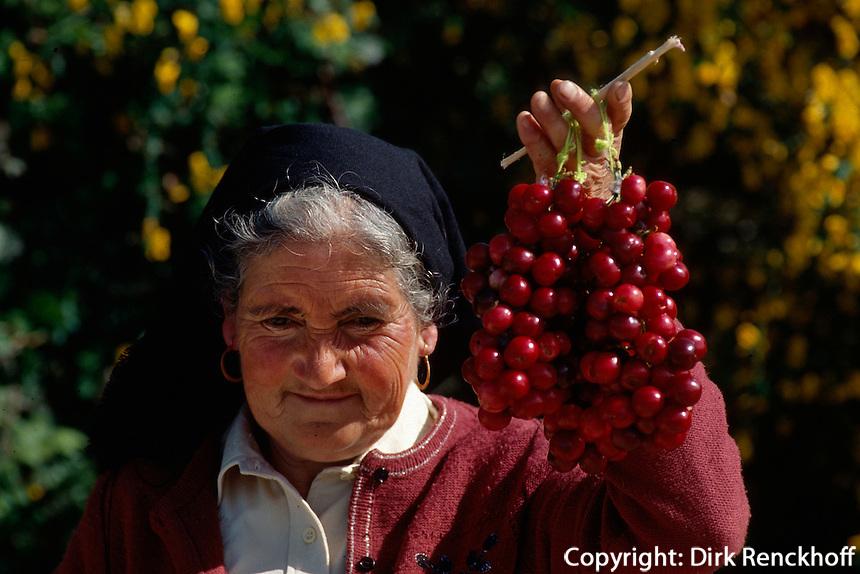 Portugal, Kirschverkäuferin in der Beira Alta
