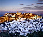 Spanien, Andalusien, Provinz Malaga, Serrania de Ronda, Casares: Pueblo Blanco - weisses Dorf - mit der Festungsanlage Alcázar | Spain, Andalusia, Malaga Province, Serrania de Ronda, Casares: White Village with castle Alcázar