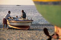 Europe/Italie/Calabre/Baganara : Barques de pêcheurs sur la plage