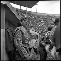 24 Juin 1962. Vue des toreros au bord de l'arène de Toulouse.