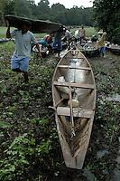 """PESCA DO PIRARUCU AUTORIZADA PELO IBAMA  800t - Somente este ano um programa iniciado pelo Instituto Mamirau·  teve permitido pelo Ibama a liberaÁ""""o de 800t do do maior peixe de ·gua doce do planeta, beneficiando milhares de pescadores da ·rea de influÍncia da reserva de desenvolvimento sustent·vel  Mamirau· . Um dos principais projetos da instituiÁ""""o o   programa de comercializaÁ""""o do pescado iniciado  em 1998 comeÁou com uma cota de  3t , com o sucesso do manejo do piraruc˙ este ano sobe para 800t. Pescadores carregam suas canoas por varadouros( caminhos no meio da floresta)a pÈ qatÈ cerca de 1 hr  para alcanÁar os lagos mais distantesMamirau·, TefÈ, Amazonas,  BrasilFoto Paulo Santos/Interfoto28/11/2004"""