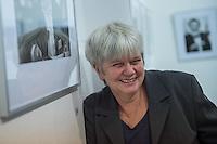 """Eroeffnung der Fotoausstellung """"Dialog, Schriftsteller in der DDR"""", in der Ladengalerie der Tagenszeitung junge Welt. Gezeigt werden Portaits von Schriftstellerinnen und Schriftstellern der Berliner Fotografin Gabriele Senft (im Bild).<br /> 11.9.2015, Berlin<br /> Copyright: Christian-Ditsch.de<br /> [Inhaltsveraendernde Manipulation des Fotos nur nach ausdruecklicher Genehmigung des Fotografen. Vereinbarungen ueber Abtretung von Persoenlichkeitsrechten/Model Release der abgebildeten Person/Personen liegen nicht vor. NO MODEL RELEASE! Nur fuer Redaktionelle Zwecke. Don't publish without copyright Christian-Ditsch.de, Veroeffentlichung nur mit Fotografennennung, sowie gegen Honorar, MwSt. und Beleg. Konto: I N G - D i B a, IBAN DE58500105175400192269, BIC INGDDEFFXXX, Kontakt: post@christian-ditsch.de<br /> Bei der Bearbeitung der Dateiinformationen darf die Urheberkennzeichnung in den EXIF- und  IPTC-Daten nicht entfernt werden, diese sind in digitalen Medien nach §95c UrhG rechtlich geschuetzt. Der Urhebervermerk wird gemaess §13 UrhG verlangt.]"""