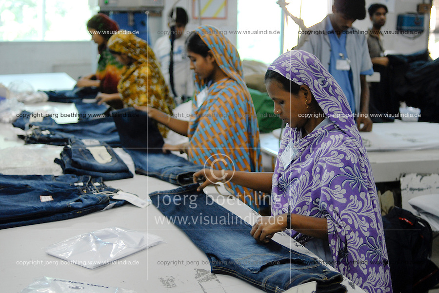 BANGLADESH, textile industry in Dhaka, company Beximco produce Denim trouser for export for western discounter / BANGLADESH, Textilbetrieb Beximco in Dhaka produziert Jeanshosen fuer den Export fuer westliche Textildiscounter u.a. Tom Tailor