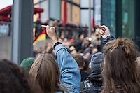 """Bis zu 2500 Anhaenger der Rechtspartei """"Alternative fuer Deutschland"""" (AfD) versammelten sich am Samstag den 7. November 2015 in Berlin zu einer Demonstration. Sie protestierten gegen die Fluechtlingspolitik der Bundesregierung und forderten """"Merkel muss weg"""". Die Demonstration sollte der Abschluss einer sog. """"Herbstoffensive"""" sein, zu der urspruenglich 10.000 Teilnehmer angekuendigt waren.<br /> Mehrere tausend Menschen protestierten gegen den Aufmarsch der Rechten und versuchten an verschiedenen Stellen die Route zu blockieren. Gruppen von AfD-Anhaengern wurden von der Polizei durch Einsatz von Pfefferspray, Schlaege und Tritte durch Gegendemonstranten, die sich an zugewiesenen Plaetzen aufhielten, zur rechten Demonstration gebracht. Zum Teil wurden sie von Neonazis-Hooligans dabei angefeuert. Dabei kam es zu Verletzten, mehrere Gegendemonstranten wurden festgenommen.<br /> Im Bild: AfD-Gegner protestieren nach dem Ende der Abschlusskundgebung der AfD vor dem Berliner Hauptbahnhof.<br /> 7.11.2015, Berlin<br /> Copyright: Christian-Ditsch.de<br /> [Inhaltsveraendernde Manipulation des Fotos nur nach ausdruecklicher Genehmigung des Fotografen. Vereinbarungen ueber Abtretung von Persoenlichkeitsrechten/Model Release der abgebildeten Person/Personen liegen nicht vor. NO MODEL RELEASE! Nur fuer Redaktionelle Zwecke. Don't publish without copyright Christian-Ditsch.de, Veroeffentlichung nur mit Fotografennennung, sowie gegen Honorar, MwSt. und Beleg. Konto: I N G - D i B a, IBAN DE58500105175400192269, BIC INGDDEFFXXX, Kontakt: post@christian-ditsch.de<br /> Bei der Bearbeitung der Dateiinformationen darf die Urheberkennzeichnung in den EXIF- und  IPTC-Daten nicht entfernt werden, diese sind in digitalen Medien nach §95c UrhG rechtlich geschuetzt. Der Urhebervermerk wird gemaess §13 UrhG verlangt.]"""