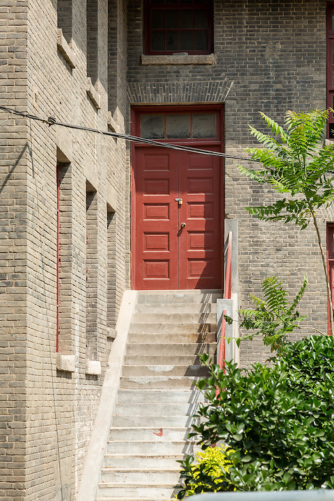A side door to the Shadyside Hospital.