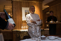 Europe/France/Rhone-Alpes/73/Savoie/Courchevel: Restaurant Pierre Gagnaire pour les Airelles au Jardin Alpin - Pierre Gagnaire discute avec les convives d'une table [Non destiné à un usage publicitaire - Not intended for an advertising use]