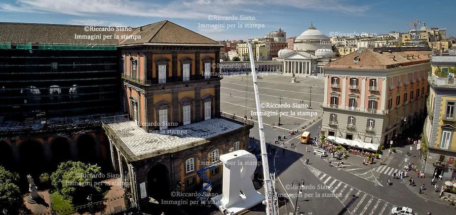 - NAPOLI 2 GIU  2014 -  piazza Trieste e Trento per l'installazione della grande R, simbolo del festival Repubblica delle Idee, che si svolgerà dal 5 all'8 giugno. La grande R in vetroresina è alta 12 metri, larga 9 e profonda 3 e mezzo (foto riccardo siano)